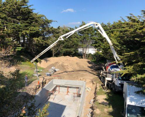 construction d'une piscine en béton avec terrasse